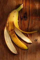 buccia di banana sulla tavola di legno