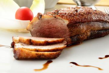 Anatra petto cucinato e servito in tavola