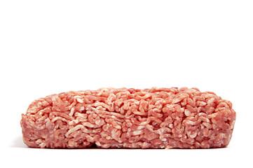 Hackfleisch aus dem Supermarkt von der Seite auf weiß isoliert