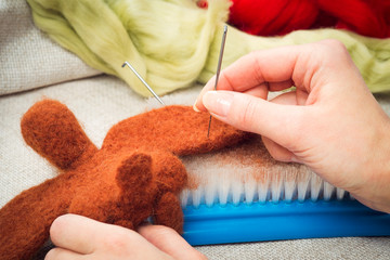 Manufacturing process from wool soft toys. Felting