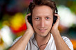 Attraktiver junger Mann hört Musik