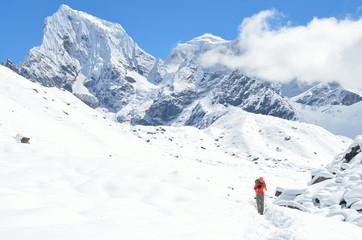 Непал, треккинг в Гималаях, турист на тропе
