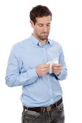 Trauriger Mann mit Taschentuch in der Hand