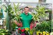 kunde kauft palmen im gartencenter ein