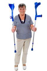 Ältere Frau mit Krücken