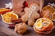 Dekoration mit Lebkuchenmann zu Weihnachten