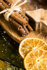 Zimtstangen und getrocknete Orangenscheiben