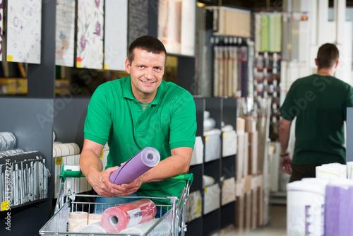 mann im tapetenfachhandel