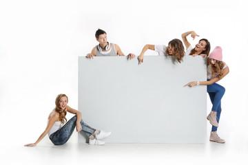 Grupa młodych ludzi trzyma  pusta białą tablicę