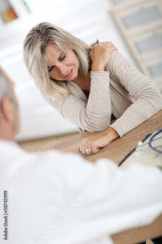 Patient seing doctor for shoulder articulation pain