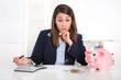 Frau traurig im Büro - Kassendifferenz