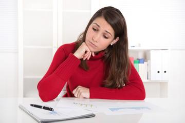 Frau gestresst und frustriert im Büro oder beim Lernen