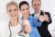 Gemeinsam erfolgreiche - junge Geschäftsleute mit Daumen hoch