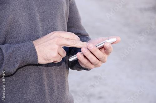 Hombre joven llamando por telefono