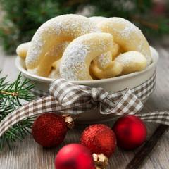 Frische Vanillekipferl mit Weihnachtsdeko