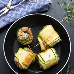 Gebratene Sojahack-Zucchini-Röllchen