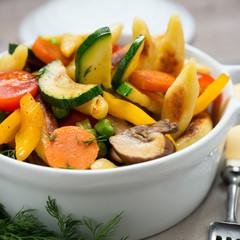 Knackiges Gemüse mit gebratenen Schupfnudeln