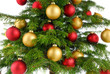 Ausschnitt eines rot und gold geschmückten Weihnachtsbaums