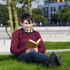 entspanntes lesen im park