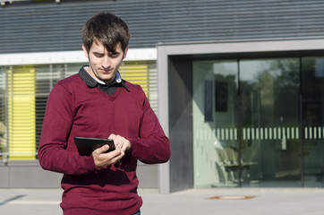 junger mann tippt auf tablet