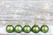 grüne Christbaumkugeln