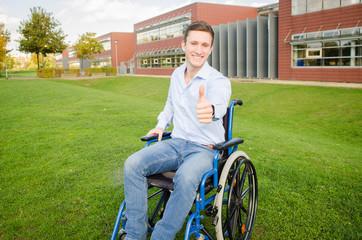 junger erfolgreicher Mann im Rollstuhl