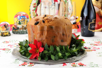 Panettone dolce natalizio lombardo su  tavola addobbata