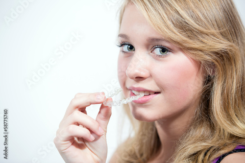 canvas print picture Jugendliche beim Einsetzen der Zahnspange