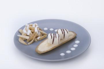 praline di cioccolato su guarnizione di banana e yogurt