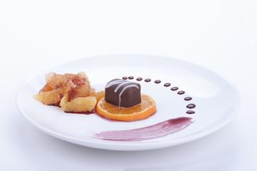 pralina di cioccolato su guarnizione  di mandarino