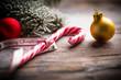 Zuckerstange und Weihnachtsdekoration