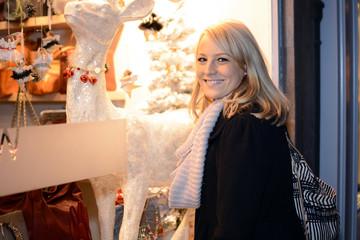 Frau vor Schaufenster mit Weihnachtsschmuck