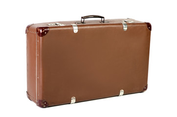 alter Koffer schräg vor weißem Hintergrund