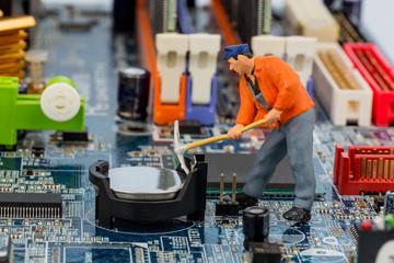 Computerplatine und Bauarbeiter