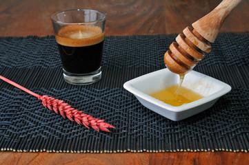 Miele filante in tavola per colazione