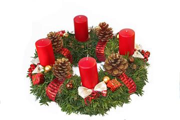 Adventskranz mit Kiefernzapfen, Schleifen und roten Kerzen