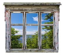 Malowniczy widok widziany przez ramy okna starego