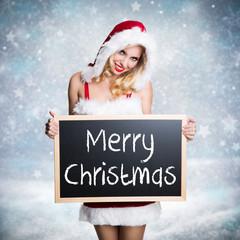 Weihnachtsfrau mit Kreidetafel vor Winterlandschaft