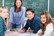 eine gruppe schüler mit lehrerin