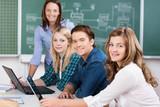 studenten mit laptop im unterricht