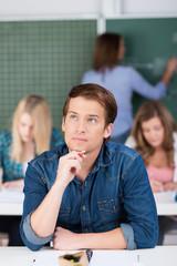 nachdenklicher student im unterricht
