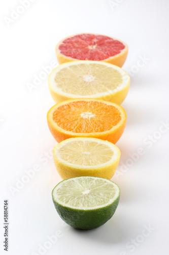 白背景にならんだ果物