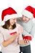Junges Paar freut sich übers Weihnachtsgeschenk