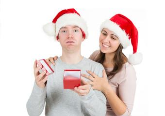 Junger Mann ist enttäuscht über das Geschenk seiner Freundin