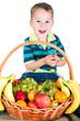 kleiner Junge nascht vom Obstkorb