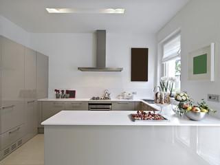 cucina moderna con dolci e frutta sul piano di lavoro