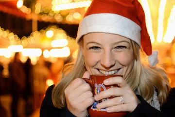 Frau trinkt Weihnachts-Punsch