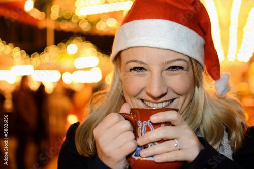 Frau trinkt Weihnachts-Punsch - 58826156