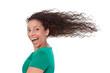Begeisterte glückliche lachende Frau mit langen Haaren isoliert