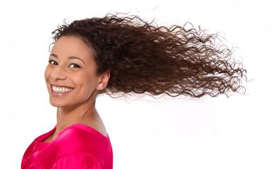 Lachende Frau mit langen Haaren isoliert - perfekter Tag.